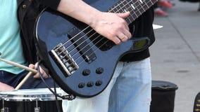 El finger de los guitarristas toca las secuencias en la guitarra y compone música almacen de video