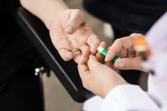 El finger del paciente del doctor Using Tool On para el análisis de sangre en hospital imágenes de archivo libres de regalías