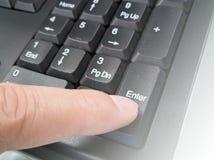 El finger masculino está empujando el botón de la entrada Imágenes de archivo libres de regalías