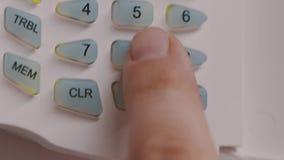 El finger pone el código de seguridad que empuja los botones en el panel, cierra la tapa almacen de video
