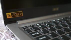 El finger presiona el botón del escape en el ordenador portátil de HD metrajes