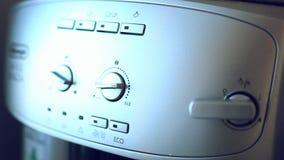 El finger presiona el botón en el café automático almacen de metraje de vídeo