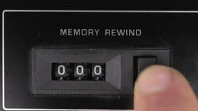El finger reajusta para poner a cero las lecturas del viejo contador análogo Concepto retro metrajes