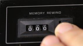El finger reajusta para poner a cero las lecturas del viejo contador análogo Concepto retro almacen de video