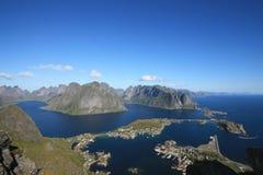 El fiordo de Reine en la isla de Lofoten y de Flakstad Imagen de archivo