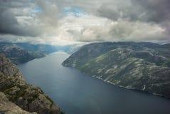 El fiordo preikenstolen en parque nacional noruego Imagenes de archivo