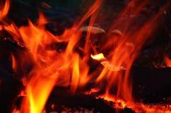 El flamear amarillo y anaranjado del fuego Imagenes de archivo