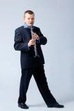 El flautista está jugando en la flauta. Foto de archivo libre de regalías