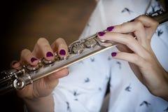 El flautista Girl Flute Player del músico fotos de archivo