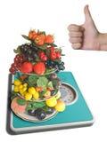 El florero con las frutas en pesar-escala Foto de archivo libre de regalías