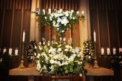 El florero grande de la boda florece en una iglesia imagen de archivo libre de regalías