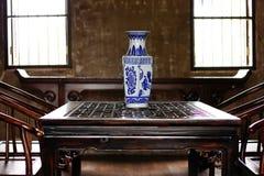 El florero, porcelana está en una tabla del estilo chino imagenes de archivo