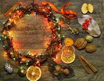 El florista de la guirnalda de la puerta del ` s de la Navidad y del Año Nuevo trabaja el fondo de la plantilla Fotografía de archivo libre de regalías