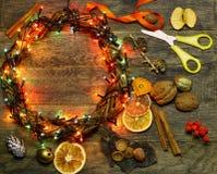 El florista de la guirnalda de la puerta del ` s de la Navidad y del Año Nuevo trabaja el fondo de la plantilla Imagenes de archivo