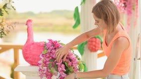 El florista de la mujer adorna el pájaro artificial de las flores metrajes