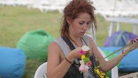 El florista de la mujer teje la guirnalda de flores almacen de video