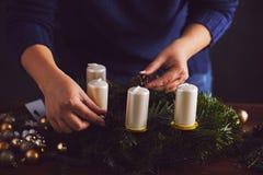 El florista hace una guirnalda tradicional de la Navidad Imagen de archivo libre de regalías