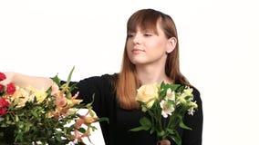 El florista monta un ramo de flores blanco Cierre para arriba almacen de video
