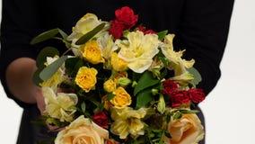 El florista recoge de flores en el ramo blanco Cierre para arriba almacen de video