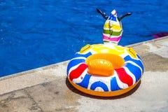 El flotador de Kiden una piscina foto de archivo libre de regalías