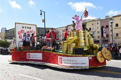 El flotador del centro de servicio de Chinatown en el desfile chino del Año Nuevo de Los Angeles imagen de archivo