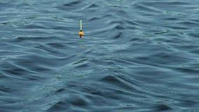El flotador pesquero está balanceando las ondas de agua metrajes