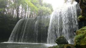 El fluir de la cascada almacen de metraje de vídeo