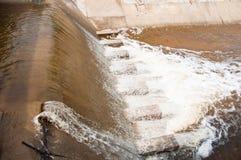 El fluir de la presa del río. Fotografía de archivo