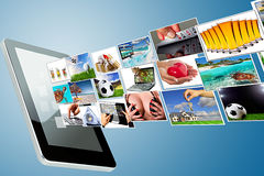El fluir de los multimedia de la tablilla Fotos de archivo libres de regalías