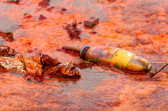 El fluir del agua contaminada Fotos de archivo libres de regalías