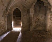 El fluir ligero a través de Abbey Door medieval Fotos de archivo