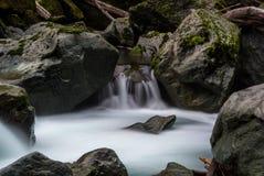 El fluir Misty River imagenes de archivo