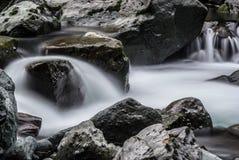 El fluir Misty River foto de archivo libre de regalías