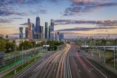 El flujo de coches en tercer Ring Road en la ciudad de Moscú Imagen de archivo libre de regalías
