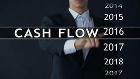 El flujo de liquidez para 2018, hombre de negocios selecciona informe financiero sobre la pantalla virtual metrajes
