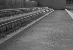 El flujo gradual de fotografía blanco y negro del agua Foto de archivo libre de regalías