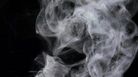 El flujo intenso de niebla blanca fluye de la parte inferior, cámara lenta almacen de video