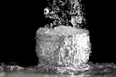 El flujo rápido de agua en el cuenco Imágenes de archivo libres de regalías