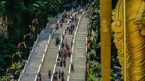 El flujo turístico en pasos de escaleras cerca de Lord Murugan Hindu Deity Statue en Batu excava en Malasia Timelapse 4K almacen de video