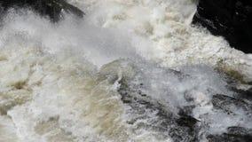 El flujo y la ebullición fuertes del agua en el río de la montaña con salpica Secuencia rápida metrajes