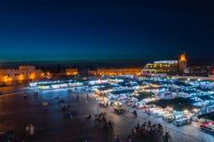 EL-Fnaa di Jemaa alla notte, guardando verso il caffè Argana e il souq coperto immagini stock libere da diritti