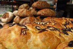 El Focaccia y el otro pan fresco clasificado en el mercado callejero Fotografía de archivo libre de regalías
