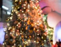 El foco borroso en el árbol de navidad con la decoración ligera, mA Imagen de archivo libre de regalías