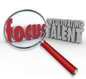 El foco en la cultivación de talento redacta la lupa que encuentra Emplo stock de ilustración