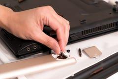 El foco en la mano de las mujeres está cambiando la batería, la reparación y el mantenimiento teledirigidos Imagenes de archivo