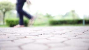 El foco en la tierra en público y la gente están caminando