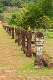 El foco selectivo de la piedra talló columnas de los polos a lo largo de la trayectoria que caminaba Fotografía de archivo libre de regalías
