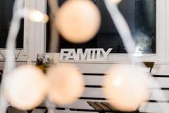 El foco selectivo en luces, en la familia de la palabra del fondo hizo los wi Foto de archivo libre de regalías