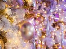 El foco selectivo en una decoración gris de la bola del color en la Navidad Fotografía de archivo