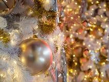 El foco selectivo en una decoración gris de la bola del color en la Navidad Foto de archivo libre de regalías